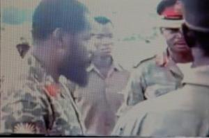 biafran-head-of-state-ojukwul-listens-to-his-army-commander-alexander-madiebocentre-wearing-a-peak-cap